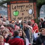 Lehrkräfte nehmen am 26.01.2016 in Berlin an einer Kundgebung der Gewerkschaft Erziehung und Wissenschaft (GEW) teil, die Lehrkräfte zu Warnstreiks aufruft. Die Gewerkschaft fordert, dass alle Lehrer in Berlin gleich bezahlt werden, egal an welcher Schule sie unterrichten und ob sie angestellt oder verbeamtet sind. Foto: Wolfgang Kumm/dpa +++(c) dpa - Bildfunk+++